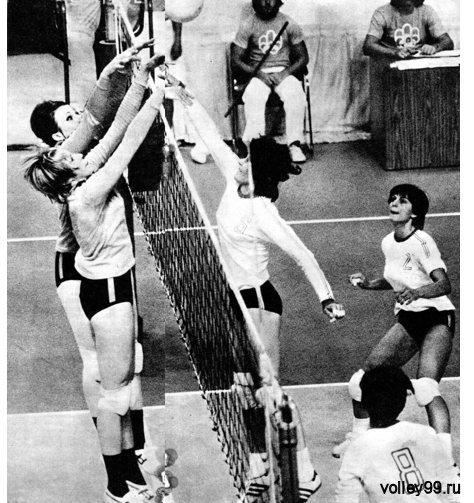 Советские волейболистки ставят блок